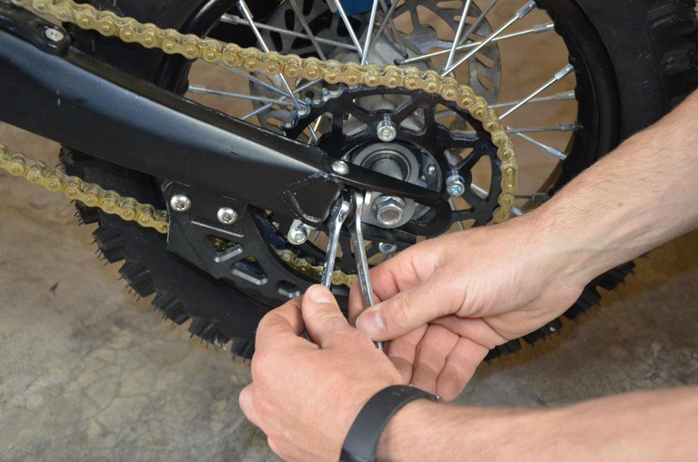 desserage ecrou vis reglage chaine pit bike